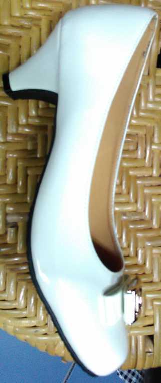 รองเท้าคัชชู สีขาว หนังแก้ว หัวกลม มีลาย สูง 1 นิ้ว ครึ่ง