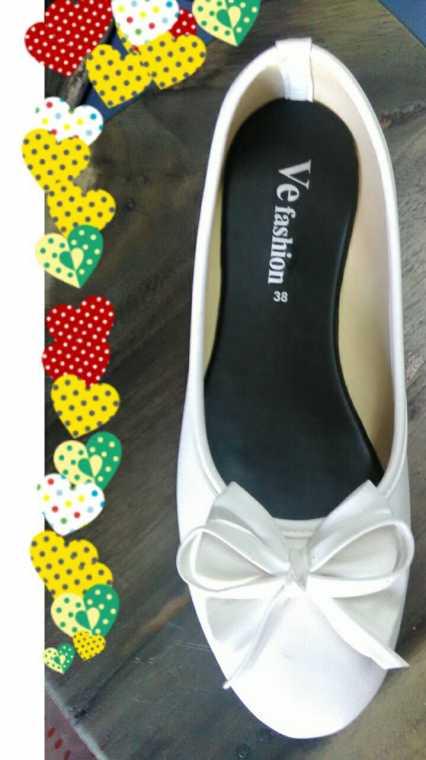 รองเท้าหนังด้านส้นเตี้ย สีขาว มีลายโบว์ ผู้หญิง