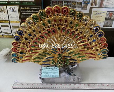 งานไม้แกะสลัก : ( รุ่นกลาง ) นกยูงกฐิน เสียบเงิน และ เป็นที่เสียบตาลปัตร แกะสลัก ปิดทองประดับกระจก 1