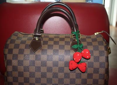 ที่ห้อยกระเป๋าคู่ใหญ่ สตรอเบอรี่สีแดง ( ราคานี้ยังไม่รวมค่าจัดส่งค่ะ )