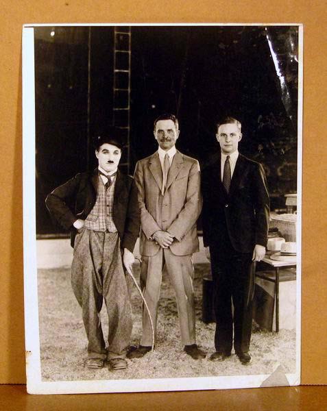 Old Photo Charlie Chaplin of the Circus Candid 1928 พร้อมลายเซ็นแท้!