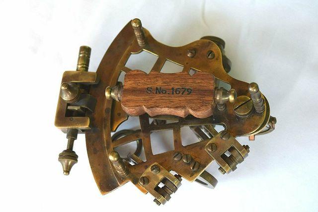 เครื่องวัดแดด หรือ เซกซ์แทนต์ (Sextant) สำหรับนำทางเดินเรือ พร้อมกล่อง 2