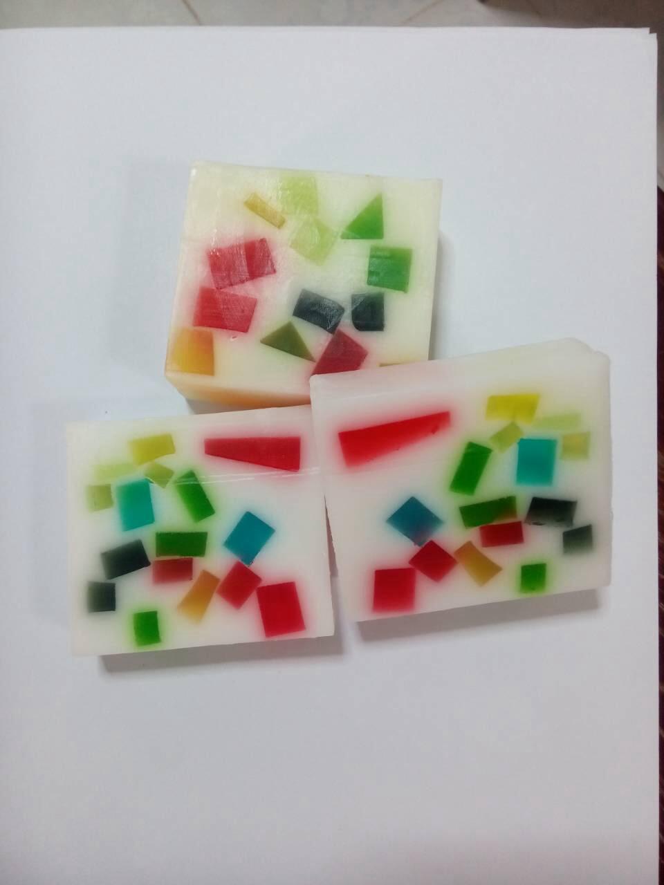 สบู่สี่เหลี่ยม กลิ่นผลไม้ เล่นลาย 100กรัม