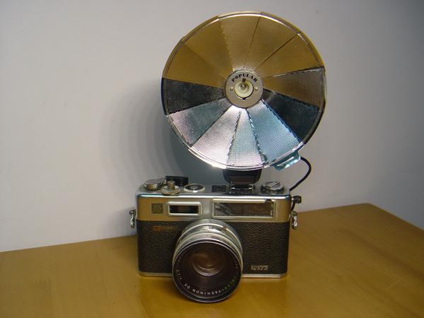 กล้องฟิล์มโบราณ ยี่ห้อ YASHICA electro 35 พร้อมโคมแฟลชแบบร่มของญี่ปุ่น