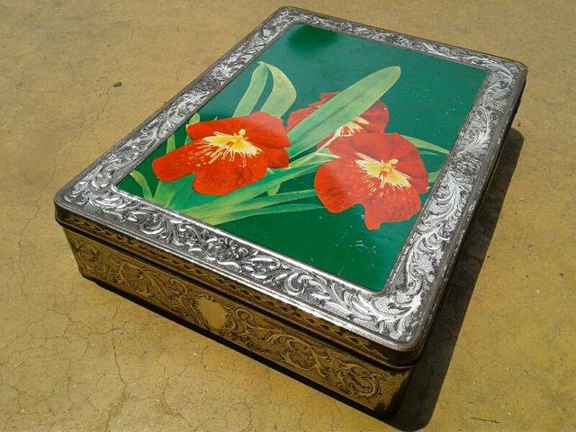 กล่องสังกะสีโบราณ ลายดอกไม้ งานเก่า