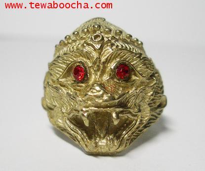 แหวนเศียรหนุมาน ฝังพลอยแดง เนื้อทองเหลือง สูง 1.8 ซม.