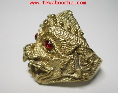 แหวนเศียรหนุมาน ฝังพลอยแดง เนื้อทองเหลือง สูง 1.8 ซม. 2