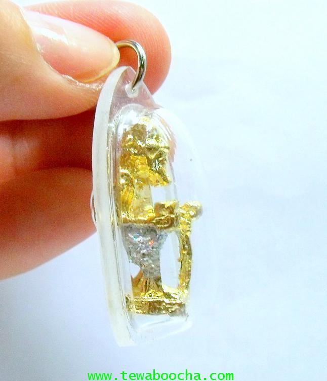 ชูชกมหาลาภเดินทางถือไม้เท้าถือขัน:เนื้อทองเหลืองเคลือบทอง กากเพชร(กรอบพลาสติก) ฐาน2ซม.สูง3ซม. 2