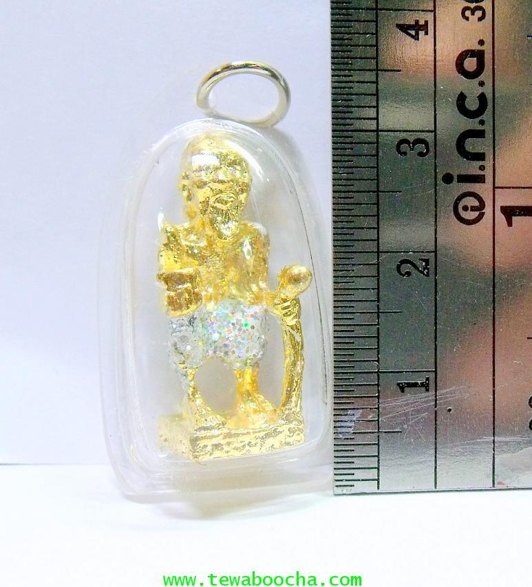 ชูชกมหาลาภเดินทางถือไม้เท้าถือขัน:เนื้อทองเหลืองเคลือบทอง กากเพชร(กรอบพลาสติก) ฐาน2ซม.สูง3ซม. 3