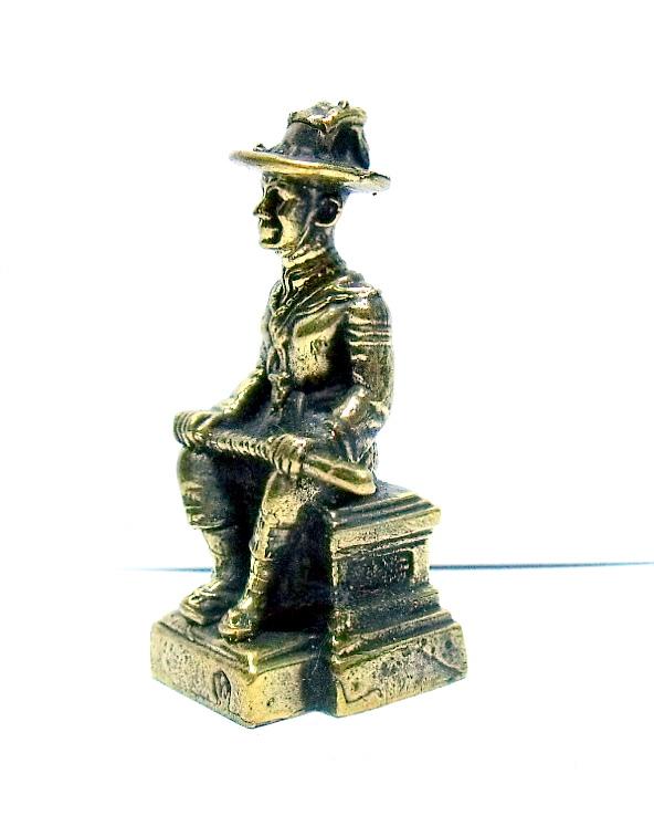 พระเจ้าตากสินมหาราชนั่งบัลลังก์ทรงมาลาถือดาบพาดเข่า:เหมาะทำล๊อกเกต เนื้อทองเหลืองสูง3.5ซม.ฐาน1.5ซม. 1