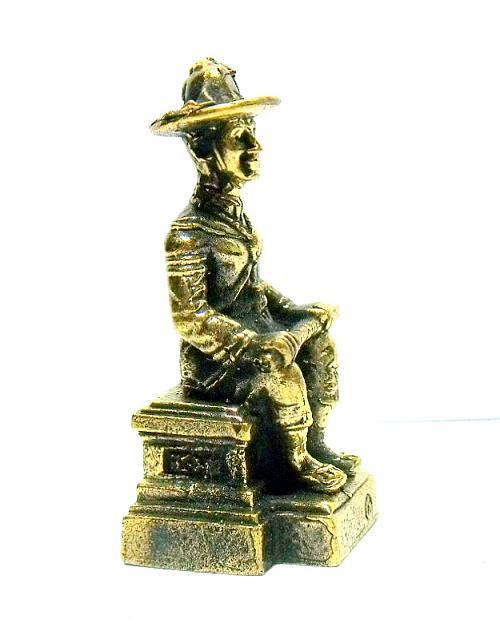 พระเจ้าตากสินมหาราชนั่งบัลลังก์ทรงมาลาถือดาบพาดเข่า:เหมาะทำล๊อกเกต เนื้อทองเหลืองสูง3.5ซม.ฐาน1.5ซม. 3