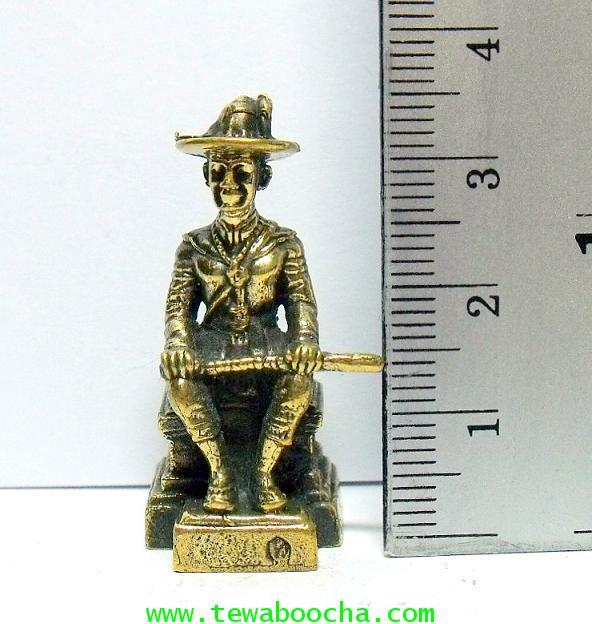 พระเจ้าตากสินมหาราชนั่งบัลลังก์ทรงมาลาถือดาบพาดเข่า:เหมาะทำล๊อกเกต เนื้อทองเหลืองสูง3.5ซม.ฐาน1.5ซม. 4