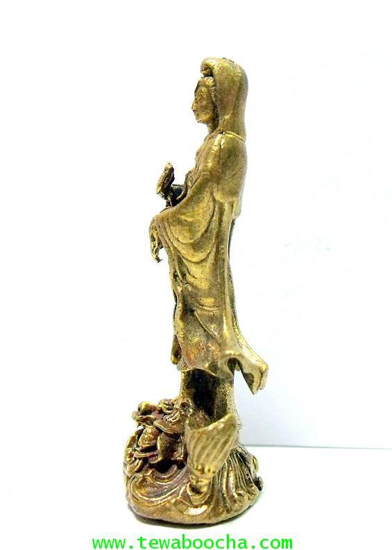พระโพธิสัตว์กวนอิมปางยืนบนมังกรโปรยน้ำทิพย์:บูชาการเลื่อนยศตำแหน่ง:เนื้อทองเหลืองสูง4ซม.ฐาน1.5ซม. 1