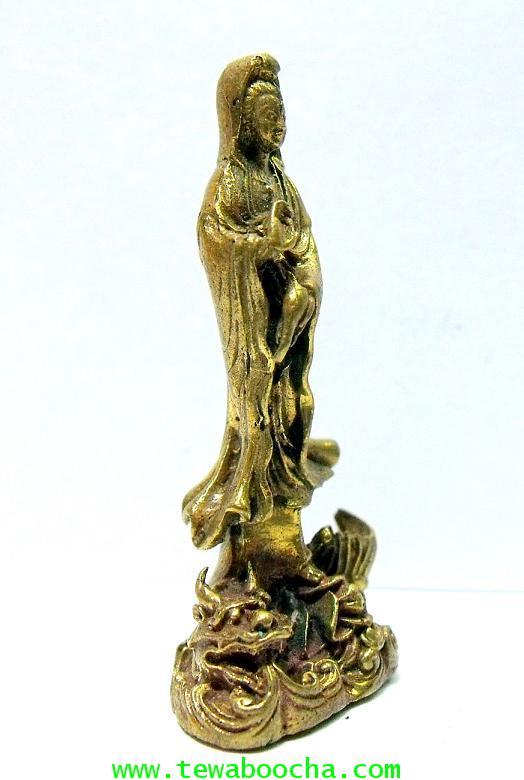พระโพธิสัตว์กวนอิมปางยืนบนมังกรโปรยน้ำทิพย์:บูชาการเลื่อนยศตำแหน่ง:เนื้อทองเหลืองสูง4ซม.ฐาน1.5ซม. 3