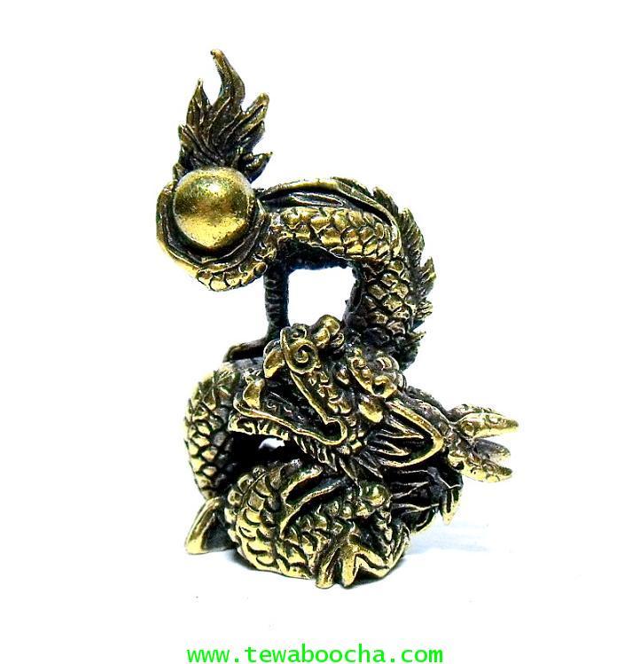 มังกรล่อแก้ว สัญลักษณ์แห่งโชคลาภและการมีอำนาจ:เนื้อทองเหลือง สูง 3.5 ซม.ฐาน 2.5 ซม.