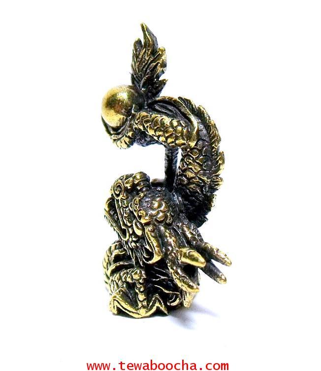 มังกรล่อแก้ว สัญลักษณ์แห่งโชคลาภและการมีอำนาจ:เนื้อทองเหลือง สูง 3.5 ซม.ฐาน 2.5 ซม. 1