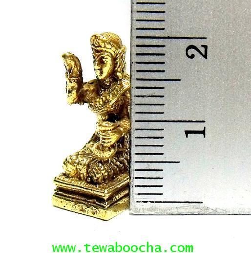 นางกวักมหาลาภ ถือถุงเงินมือซ้าย กวักมือขวานั่งแท่นสี่เหลี่ยม:เนื้อทองเหลืองสูง 2ซม.ฐาน1ซม. 3