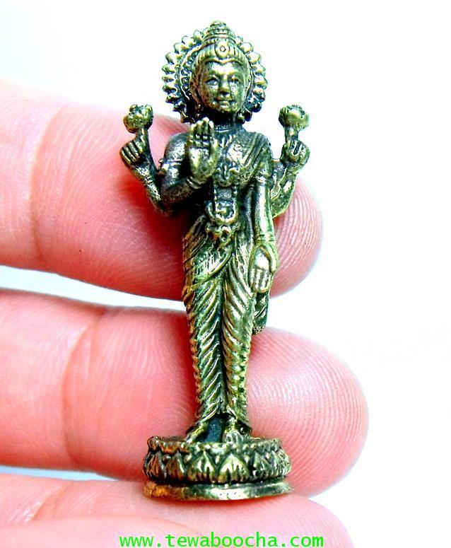 พระแม่ลักษมีเทวีแห่งความร่ำรวยปางประทานพรโปรยเงินทอง (ยืน):เนื้อทองเหลืองำ สูง4ซม.ฐาน1ซม 6