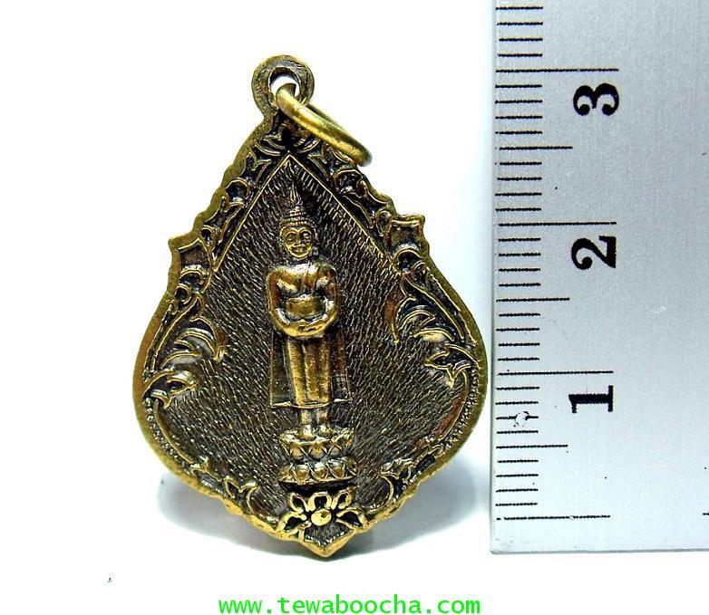 เหรียญพระประจำวันพุธกลางวัน ปางอุ้มบาตร  พระแก้วมรกตด้านหลัง:เนื้อทองเหลืองสูง3ซม.กว้าง2.5ซม. 2
