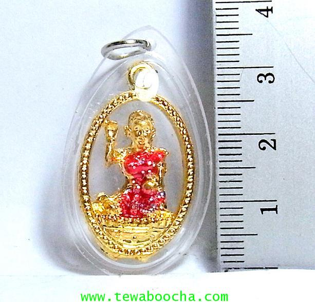 จี้แม่นางกวักเรียกโชคลาภค้าขายดีสวมสไบสีแดง เคลือบทองกรอบพลาสติกกันน้ำสูง3.5ซม.กว้าง2ซม. 2