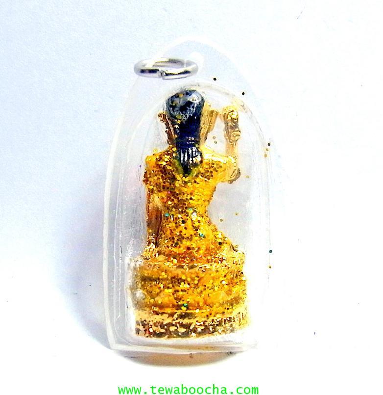 จี้แม่นางกวักเรียกโชคลาภค้าขายดีสวมสไบสีเหลือง องค์กลมกรอบพลาสติกกันน้ำสูง3.5ซม.กว้าง2ซม. 1