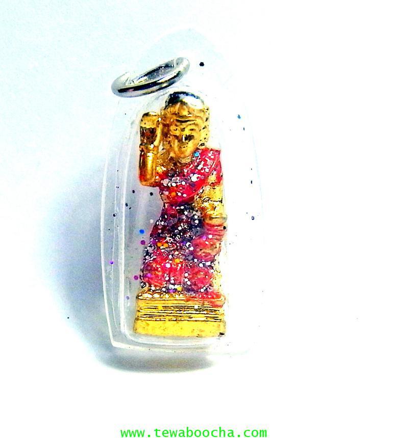 จี้แม่นางกวักเรียกโชคลาภค้าขายดีสวมสไบสีแด องค์สี่เหลียมกรอบพลาสติกกันน้ำสูง3.5ซมกว้าง2ซม