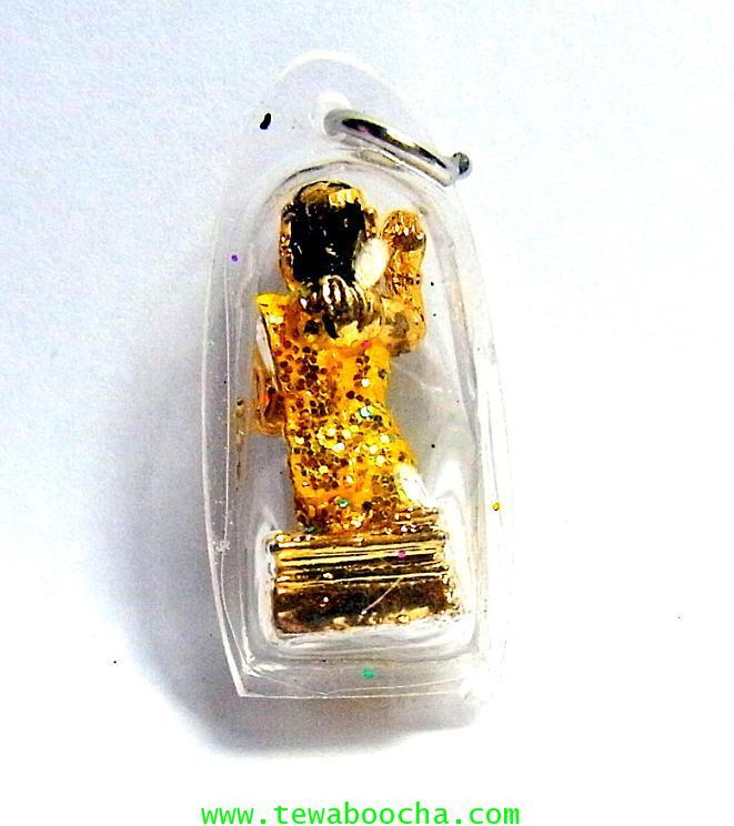 จี้แม่นางกวักเรียกโชคลาภค้าขายดีสไบสีเหลืององค์สี่เหลียมกรอบพลาสติกกันน้ำสูง3.5ซมกว้าง2ซม 1