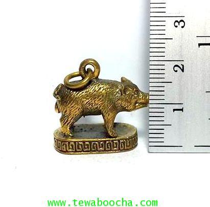 จี้หมูมงคลให้พรให้ร่ำรวยอุดมสมบูรณ์ในเงินทอง(คนปีกุน)เนื้อทองเหลืองฐานวงรีสูง2ซม.ฐาน2ซม. 5