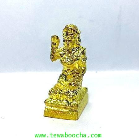 นางกวักมหาลาภจิ๋ว ถือถุงเงินมือขวากวักมือซ้ายนั่งแท่นเนื้อทองเหลืองชุบทอง สูง 2ซม.ฐาน 0.8 ซม.