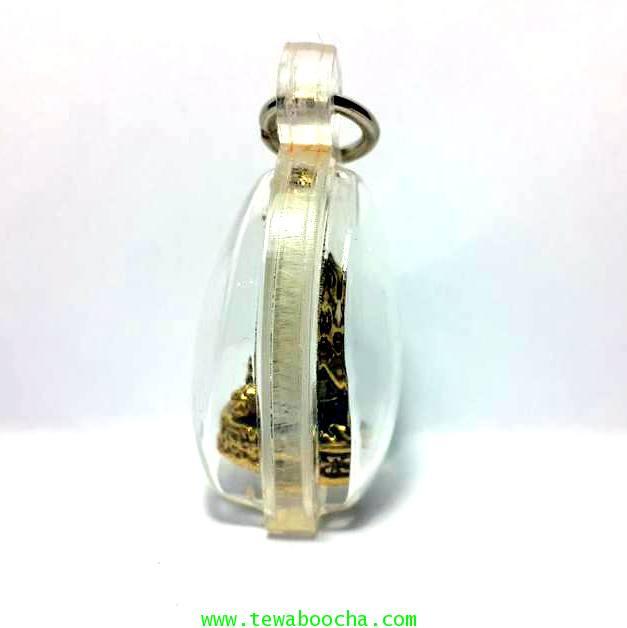 นางกวักมหาลาภถือถุงเงินนั่งกวักนุ่งสไบลายดอกเนื้อทองเหลืองชุบทองกรอบพลาสติกกันน้ำสูง3.5ซม.กว้าง2.5ซม 2