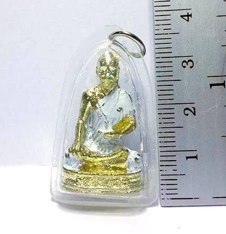 ล๊อกเกตพ่อปู่หมอชีวกโกมารภัจจ์ป้องกันความเจ็บป่วย:เนื้อทองเหลืองลงสีขาวกรอบพลาสติกสูง3.5ซม.กว้าง2ซม. 2