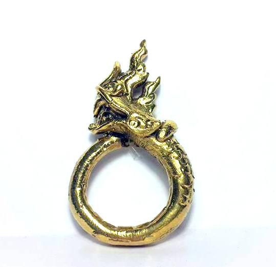 แหวนพญานาคพิมพ์โบราณตัวมนหางม้วนคุ้มภัยทางน้ำให้ลาภเนื้อทองเหลืองเส้นผ่านศูนย์กลาง3ซม.วงสูง5.5ซม.