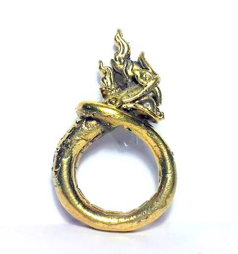 แหวนพญานาคพิมพ์โบราณตัวมนหางม้วนคุ้มภัยทางน้ำให้ลาภเนื้อทองเหลืองเส้นผ่านศูนย์กลาง3ซม.วงสูง5.5ซม. 1