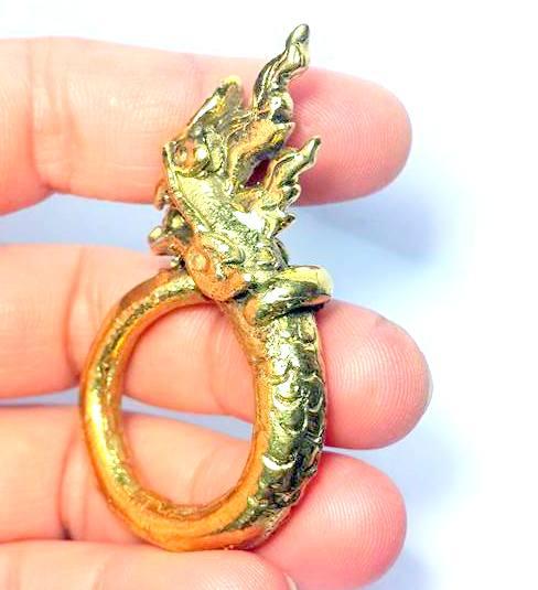 แหวนพญานาคพิมพ์โบราณตัวมนหางม้วนคุ้มภัยทางน้ำให้ลาภเนื้อทองเหลืองเส้นผ่านศูนย์กลาง3ซม.วงสูง5.5ซม. 5