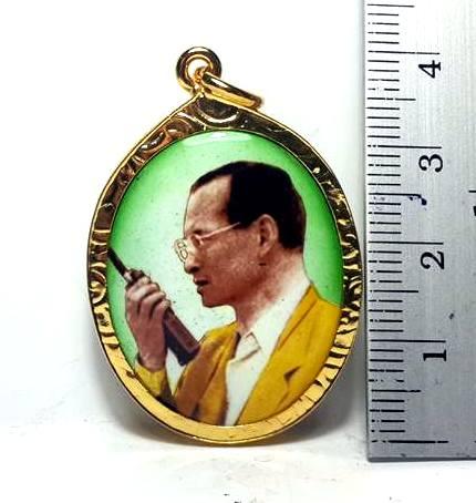 ล๊อกเกตกรอบทองพระบรมฉายาลักษณ์รัชกาลที่9ทรงวอวิทยุกรอบทองไมครอนฉากเขียวสูง3.5ซม.กว้าง2.5ซม. 2