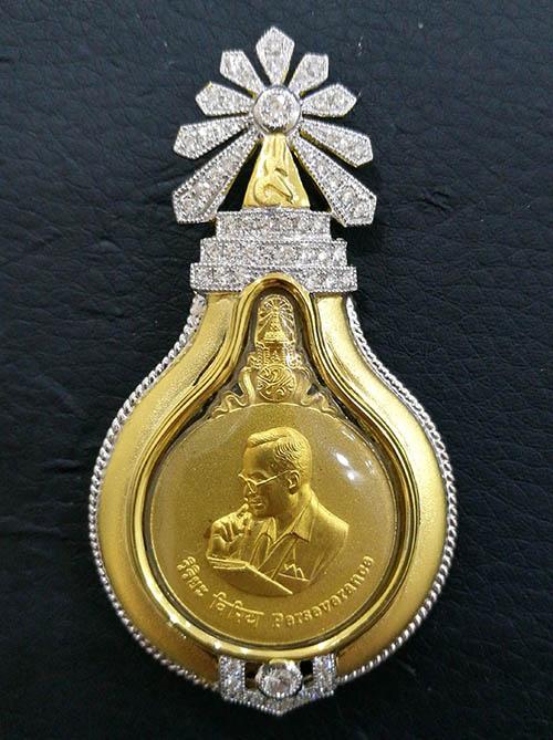 จี้และเข็มกลัดเหรียญพระมหาชนก เนื้อทองคำ พิมพ์เล็ก น้ำหนักรวม 25.5 กรัม เหรียญมหามงคล ยอดนิยม หายาก