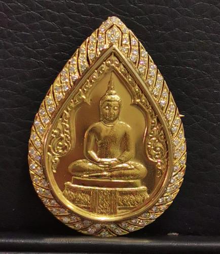 เหรียญพระแก้วมรกต ทรงเครื่องฤดูฝน ภปร กรอบทองคำฝังเพชรแท้ ปี2525 ฉลองกรุงรัตนโกสินทร์ 200 ปี รุ่นแรก