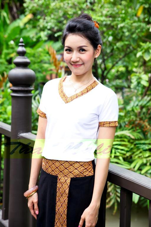 ชุดสปา เสื้อยืดขาว คอวี คอและแขนขลิบลายไทย