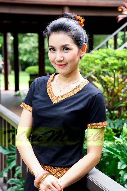 ชุดสปา เสื้อยืดดำ คอวี คอและแขนขลิบลายไทย