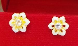 ต่างหูดอกไม้ลงยาสีขาวประดับพลอย