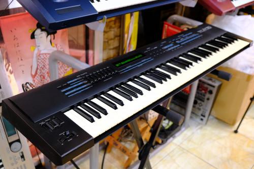 Roland JV-90(MADE IN JAPAN) 76คีย์ ทัชชิ่งดี ซาวด์หนา เปียโนดีมาก พร้อมกระเป๋า แปลงเป็น220Vแล้ว