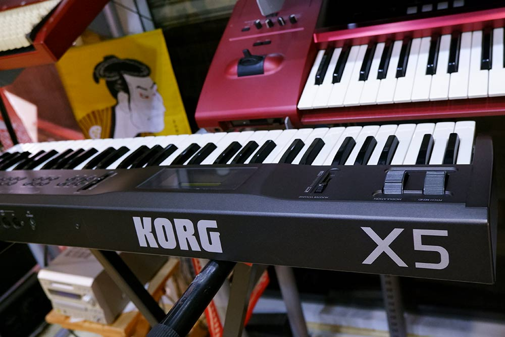 KORG X5 (MADE IN JAPAN)  61คีย์ เปียนโน/ออแกน/สตริง หนาสมจริง น้ำหนักเบากระทัดรัด/ย้ายวงสะดวก ต่อค 3