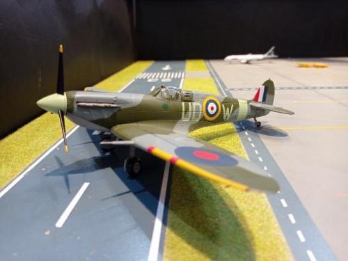 HA7854 1:48 Spitfire Mk. Vb AB972/UD-W,No.452,RAF kENLEY,oCT 1941 [Width 23 Length 19 Height 4 cms.]