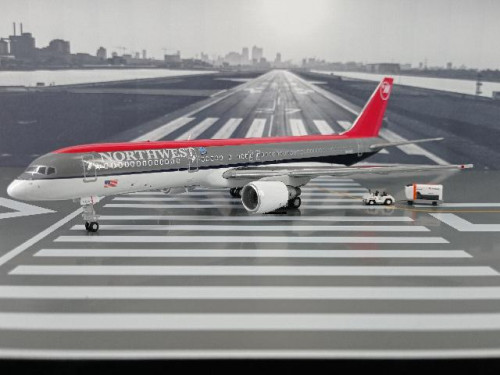 G2965 1:200 Northwest Airlines B757-200 N541US (bowling shoe livery) [Width 19 Length 24 Height 6 cm