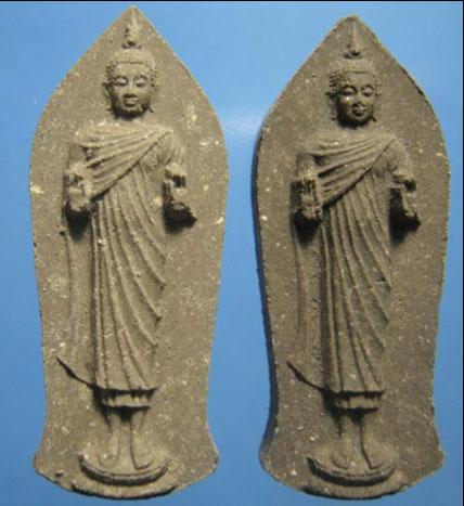 พระพุทธนาราวันตบพิธ ปี 2525  พร้อมกล่องสวย ๆ บรรจุมวลสานพระเกศาของในหลวง จำนน ๒ องค์ หายากแล้วครับ