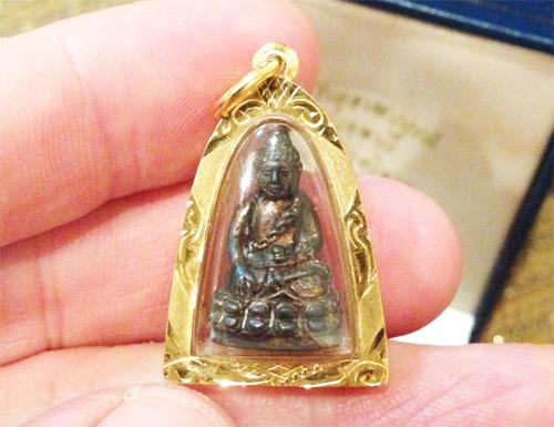 พระกริ่งอุดมสมบูรณ์ (กริ่งปุ้มปุ้ย) เนื้่อนวะ รุ่นแรก  ๒๕๓๕ พร้อมเลี่ยมทองพร้อมใช้   (เช่าบูชาแล้ว)