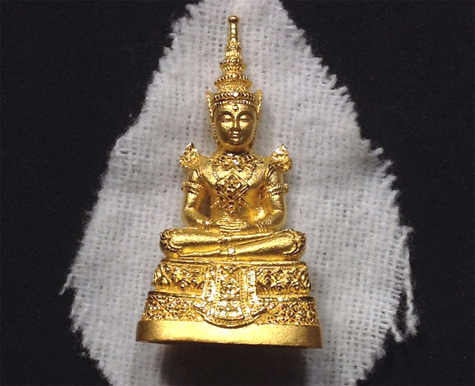 พระแก้วมรกต เนื้อทองคำพ่นขัดเงา (นิยม) ทองคำ หนัก ๑๘ กรัม กรมสรรพสามิต กล่องเดิม  (เช่าบูชาไปแล้ว)