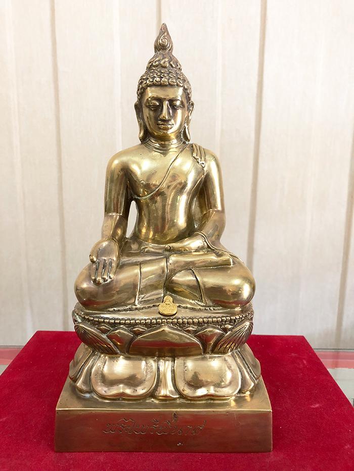 พระบูชาไพรีพินาศ วัดบวรนิเวศวิหาร ปี พ.ศ. 2548  เนื้อทองเหลืองขัดเงา ด้านหน้าวัด  (เช่าบูชาไปแล้ว)