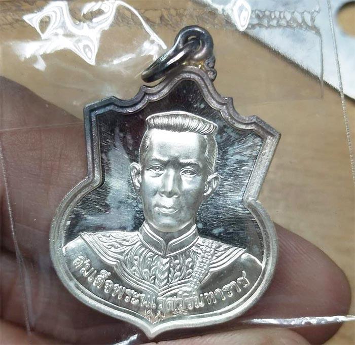 เหรียญสมเด็จพระนเรศวร มหาราช รุ่น สู้  ด้านหลัง สก. สร้างปี 48  เนื้อเงิน กล่องเดิมๆ(เช่าบูชาไปแล้ว)