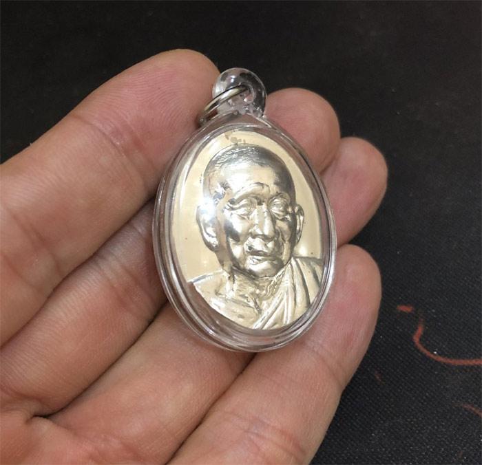1 ใน 1900  เหรียญๆ สมเด็จพระญาณสังวร รุ่นฉลองพระชันษา 96 ปี พ.ศ. 2552 เนื้อเงิน  +เลี่ยม ราคาจองเลย. 2